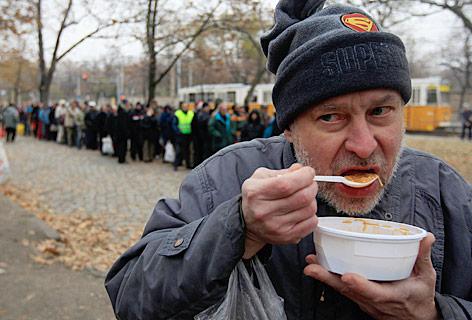 Ein Ungar isst ein Gratisessen