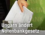 Ungarns Notenbankchef hält Unterlagen in der Hand