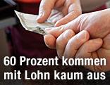 Kassiererin gibt fünf Euro Retourgeld