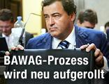 Der Investmentbanker Wolfgang Floettl öffnet seinen Aktenkoffer