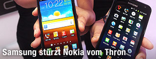Hände halten Samsung-Smartphones