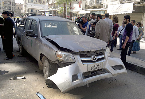 Auto in einem Vorort von Damaskus, auf welches ein Anschlag verübt wurde