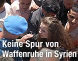 Ein UNO-Beobachter spricht mit einer syrischen Frau