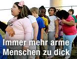 Teils übergewichtige Kinder stehen in einer Reihe