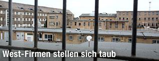Blick durch das vergitterten Fenster eines Traktes der Gedenkstätte Hohenschönhausen in Berlin auf weitere Gebäude des ehemaligen Stasi-Gefängnisses