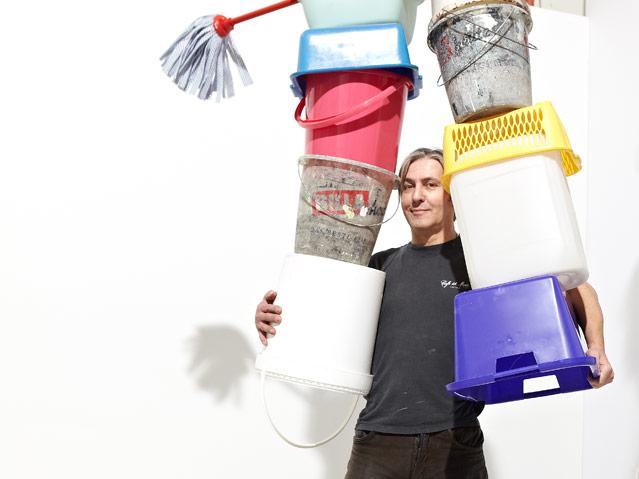 Erwin Wurm, One Minute Sculpture. Reinigungszubehör: Parteizentrale FPÖ, 2012