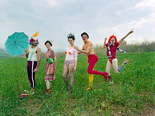 Clowns in einem Feld von Rona Yefman, Clowns Line, 2002