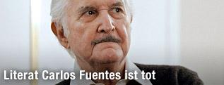 Der mexikanische Schriftsteller Carlos Fuentes bei einer Buchmesse am 1. Mai 2012 in Buenos Aires