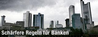 Dunkle Wolkenfelder über der Bankenskyline von Frankfurt