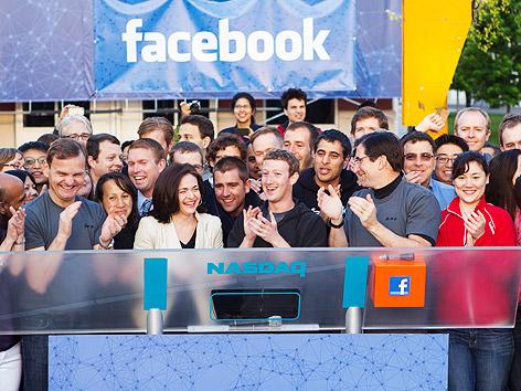Mark Zuckerberg, Facebook-Gründer, klatscht nach dem NASDAQ-Start