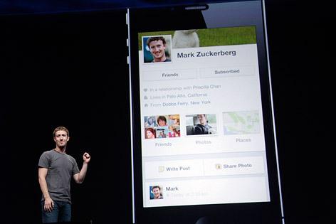 Mark Zuckerberg zeigt seine Facebook-Seite auf einem Smartphone