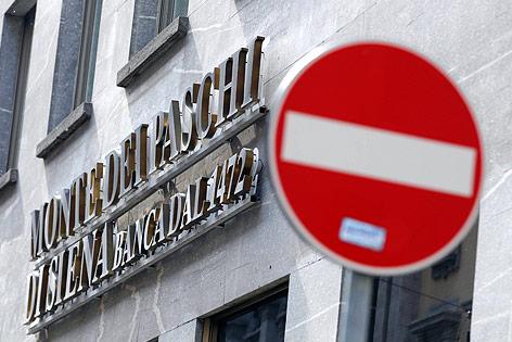 Stopptafel vor einer Filiale der Banca Monte dei Paschi di Siena