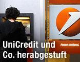 Person steht an einem Bankomaten einer Unicredit-Filiale