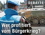 Ein UNO-Beobachter steht vor einem syrischen Panzer