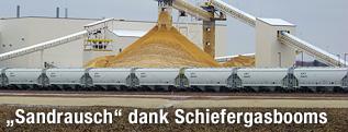 Sand wird in Chippewa Falls (Wisconsin) auf Zugwaggons verladen