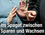 Hände von Angela Merkel und Francois Hollande