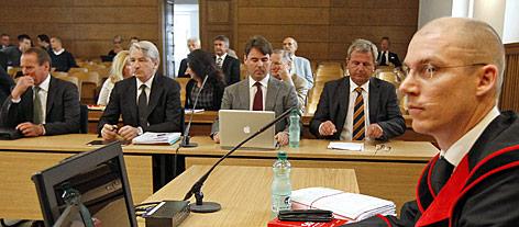 Die Ex-Manager der Hypo Alpe-Adria-Bank Günter Striedinger und Wolfgang Kulterer, Steuerberater Hermann Gabriel, Rechtsanwalt Gerhard Kucher und Staatsanwalt Robert Riffel