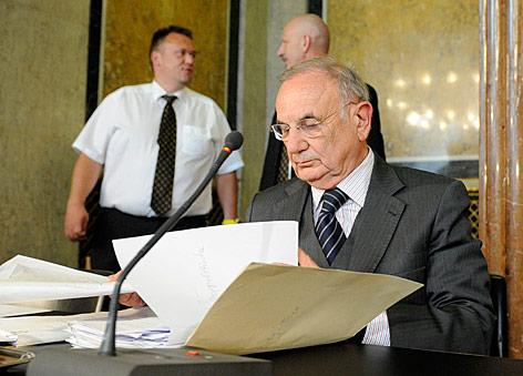 Ex-Justizminister Böhmdofer liest in Unterlagen