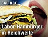 Frau beißt in einen Hamburger