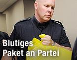 Kanadische Polizisten tragen einen gelben Plastiksack