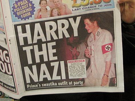 Prinz Harry in Nazi-Uniform auf der Titelseite einer englischen Tageszeitung