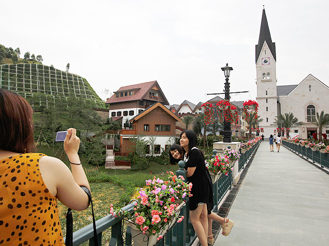 Chinesischer Touristen vor dem nachgebauten Hallstatt