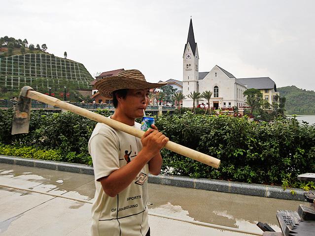 Chinesischer Arbeiter vor dem nachgebauten Hallstatt
