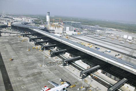 Übersichtsaufnahme zeigt den im Bau befindlichen neuen Terminal aus dem Jahr 2009