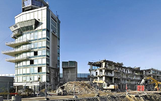Abbruch des alten Towers am Flughafen Wien
