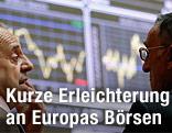 Broker an der Börse in Madrid unterhalten sich