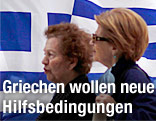 Zwei Griechinnen vor der grichischen Fahne