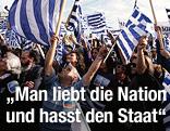 Griechen schwenken griechische Flaggen