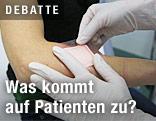 Arzt klebt ein Pflaster auf die Haut einer Patientin