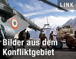 Angehörige der indischen Armee beladen einen Hubschrauber