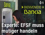 Frau an einem Bankomaten der spanischen Bankia