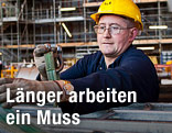 Arbeiter befestigt Metallstangen an einem Gurt