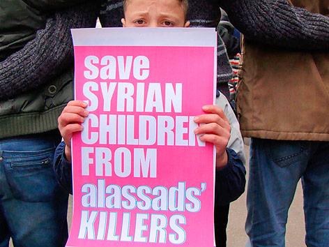 Kind mit Banner bei einer Demonstration
