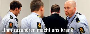 Anders Behring Breivik und Polizisten