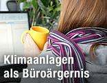 Frau mit Schal am Computer