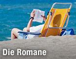 Mann liest Buch am Strand