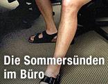 Mann im Büro trägt Sandalen und kurze Hose