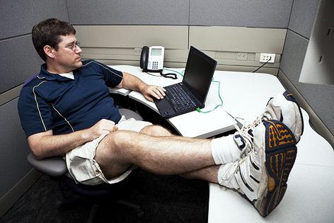 Mann im Büro trägt kurze Hose