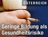 Hand mit Bierglas und eine Zigarette
