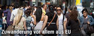 Menschen gehen auf einer Straße