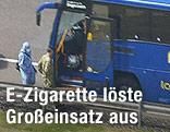 Sondereinsatzkräft emit Schutzanzug nähern sich dem verdächtigen Bus