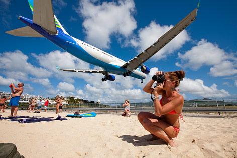 Flugzeug über Strand von St. Maarten