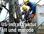Arbeiter auf einem Strommasten