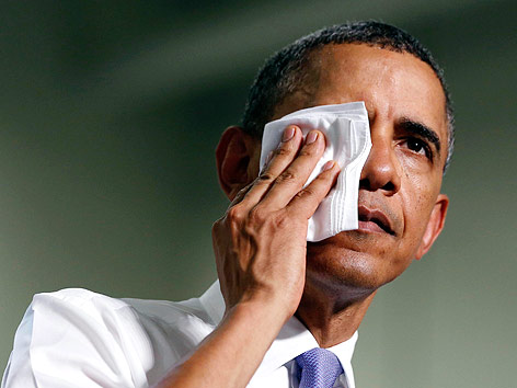 US-Präsident Barack Obama wischt sich mit einem Tuch über das Gesicht