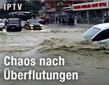 Autos auf überschwemmter Straße