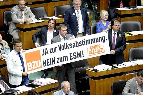 Abgeordnete des BZÖ mit einem Banner im Rahmen einer Sitzung des Nationalrates